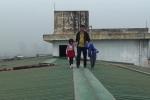 Thang máy hỏng, người già bò thang bộ, trẻ nhỏ đi trên nóc nhà