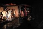 Tránh xe tải lật ngang, xe khách chở 30 người đâm vào vách núi