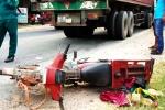 Bị xe container kéo lê hơn 20m, con chết, cha nguy kịch