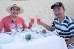 Tiến Luật tình tứ 'hẹn hò' Kiều Minh Tuấn tại biển Quy Nhơn