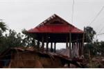 Gió lốc kèm mưa đá làm tốc mái hàng trăm nhà dân ở Nghệ An