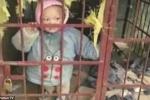 Trung Quốc: Mẹ nhốt con 3 tuổi vào chuồng chó để thảnh thơi đánh bạc