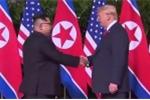 Clip: Khoảnh khắc Trump - Kim mỉm cười bắt tay nhau tại Singapore