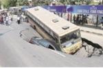 Kinh hãi hố tử thần khổng lồ 'nuốt chửng' hàng loạt ô tô