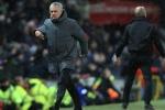 Thua derby, Mourinho còn bị ném chai sữa vào mặt