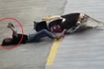 Clip: Đâm vào xe khác ngã sấp mặt, cô gái nằm luôn giữa đường nhắn tin điện thoại