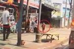 Gã côn đồ vô cớ tung chân đá vào mặt bé trai trên phố