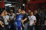 Video: Cầu thủ ngoại đánh nhau toác đầu ở giải Thái Lan