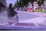 Bị xe máy tạt đầu, ô tô truy đuổi quyết liệt, trả thù nguy hiểm
