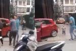 Con trai khóc lóc sợ hãi khi bố đánh mẹ ngoài đường ở Hà Nội