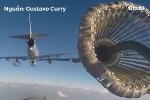 Clip: Cận cảnh cách máy bay tiếp xăng trên bầu trời