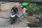 Clip: 2 thanh niên rình mò, cõng trộm... thùng rác của nhà dân