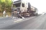 Xe đầu kéo bốc cháy dữ dội trên quốc lộ ở Hà Tĩnh