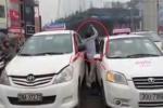 Clip: Tài xế taxi bỏ mặc khách, lao xuống xe đánh nhau giữa phố