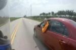 Clip: Môtô vừa đi vừa cãi vã với ôtô trên cao tốc