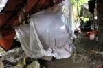 Kỳ lạ người đàn bà dựng lều ở nghĩa địa để ở bên mộ cha mẹ