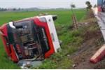 Xe khách văng xuống ruộng, 11 người thương vong