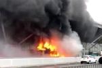 Video: Xe buýt cháy ngùn ngụt tại sân bay London, hơn 100 chuyến bay bị hủy