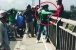 Clip: Tài xế Grabbike hành động nhanh như cắt, cứu người nhảy cầu tự tử thành công