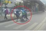 Clip: Xe máy phóng bạt mạng trên làn BRT, tông văng học sinh sang đường
