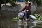 Video: Dân Hà Nội vẫn 'chèo thuyền lội nước' đi lại sau một tuần mưa lũ