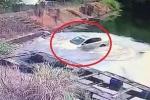 Clip: Tài xế đạp nhầm chân ga, ô tô bay thẳng xuống hồ nước