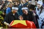 Vợ phi công Phạm Giang Nam khóc nghẹn: 'Bố con đang đi bay, bố là siêu anh hùng'