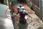 Clip: Cướp giật phăng túi xách của cô gái đi bộ trong ngõ