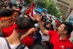 Chu doanh nghiep xuong duong tang 5.000 ao sao vang co vu Olympic Viet Nam hinh anh 1