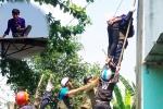 Nam thanh niên nghi ngáo đá, cố thủ trên mái nhà dùng gạch đe doạ người dân