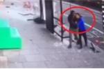 Clip: Thoát chết sau tai nạn kinh hoàng, 2 người đàn ông hoảng loạn ôm chặt nhau