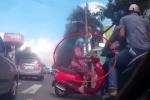 Clip: Nữ 'ninja' Attila sang đường như tên bắn, đốn ngã 2 thanh niên