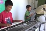 Clip: Hai cậu bé tự học nhạc, chơi nhạc dạo kiếm tiền nuôi gia đình ở Khánh Hòa