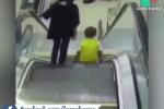 Bất cẩn khi đi thang cuốn cùng mẹ, cậu bé suýt đứt lìa tay