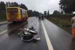 Nam thanh niên phóng xe máy lạng lách đâm thẳng đầu xe cẩu