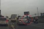 Clip: Ô tô đi ẩu huých xe máy ngã dúi dụi trên quốc lộ