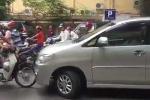 Clip: Ôtô lấn làn giờ cao điểm bị xe máy chặn đầu, bắt xin lỗi