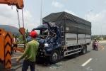 Ô tô mất phanh húc đuôi xe tải, tài xế chết kẹt trong cabin