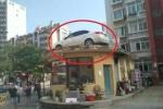 Ô tô đỗ chắn cổng chung cư, dân giận dữ thuê xe cẩu treo thẳng lên mái nhà