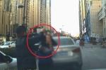 Clip: Lái ô tô trên vỉa hè còn bóp còi, nữ tài xế bị người đi bộ đấm vào mặt