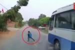 Clip: Chạy qua đường 'như cơn gió', bé trai thoát chết khó tin trước đầu xe tải