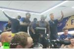 Quá phấn khích, cầu thủ Pháp cởi trần, nhảy múa ăn mừng trước mặt các tổng thống