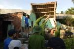 Ảnh: Công an Bình Định giúp dân sửa chữa nhà cửa sau bão số 12