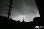 Mây dông đen kịt, mưa như trút nước ở Sài Gòn ngày Cá tháng Tư