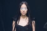 Siêu mẫu Trung Quốc hai lần 'vồ ếch' trên sàn catwalk