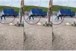 Video: Thanh niên vác dao chém người giữa phố Hà Nội