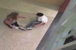 Video: Nghịch dại, học sinh bị gãy chân sau cú nhảy từ lan can