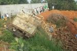 Xe tải đâm xe ba gác rồi lao xuống vực, 2 người chết tại chỗ