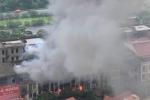 Cháy lớn tại khu vực cổng chào Thiên Đường Bảo Sơn, khói đen bốc cao hàng chục mét