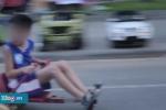 Xe điện tự chế phóng như bay trên phố đi bộ Hồ Gươm